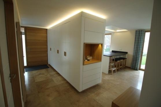 Die Gaderobe integriert sich nahtlos in die Küche.