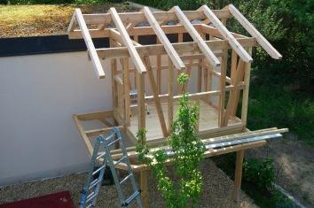 Das fertige Grundgerüst. Schrauben kamen nur für die Dachsparren und Fundamente zum Einsatz. Nägel nur für den Belag.